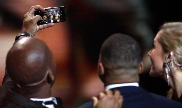 Drogba iPhone 6 Ballon d'Or selfie